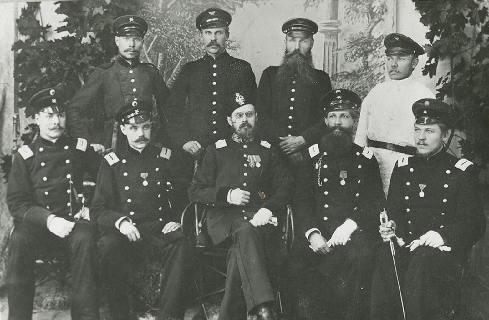 4.Haapsalu postkontorii töötajad, esireas postiljonid , 1885