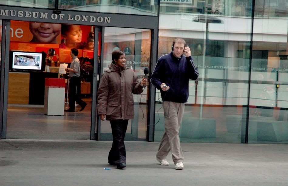 muuseumitöötaja intervjueerimas Brixtoni mässul osalejat