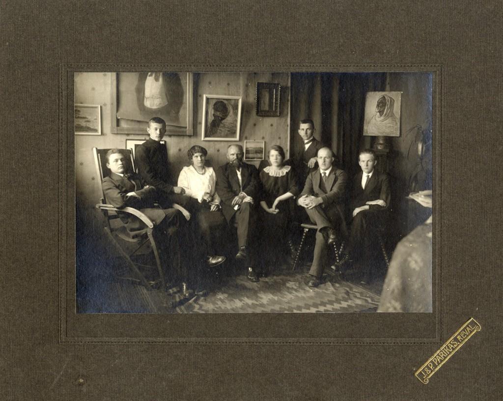 Ants Laikmaa ateljees. Istuvad vasakult paremale Välko Tuul, Aleksander Mülber, tundmatu, Ants Laikmaa, tundmatu, seisab Oskar Kallis, tundmatu, Aleksander Krims.