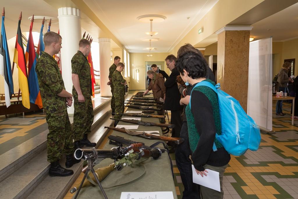 Õppeasutuse (lennukooli) kadetid tutvustavad relvi sõjamängu avamisel. 16.05. 2014