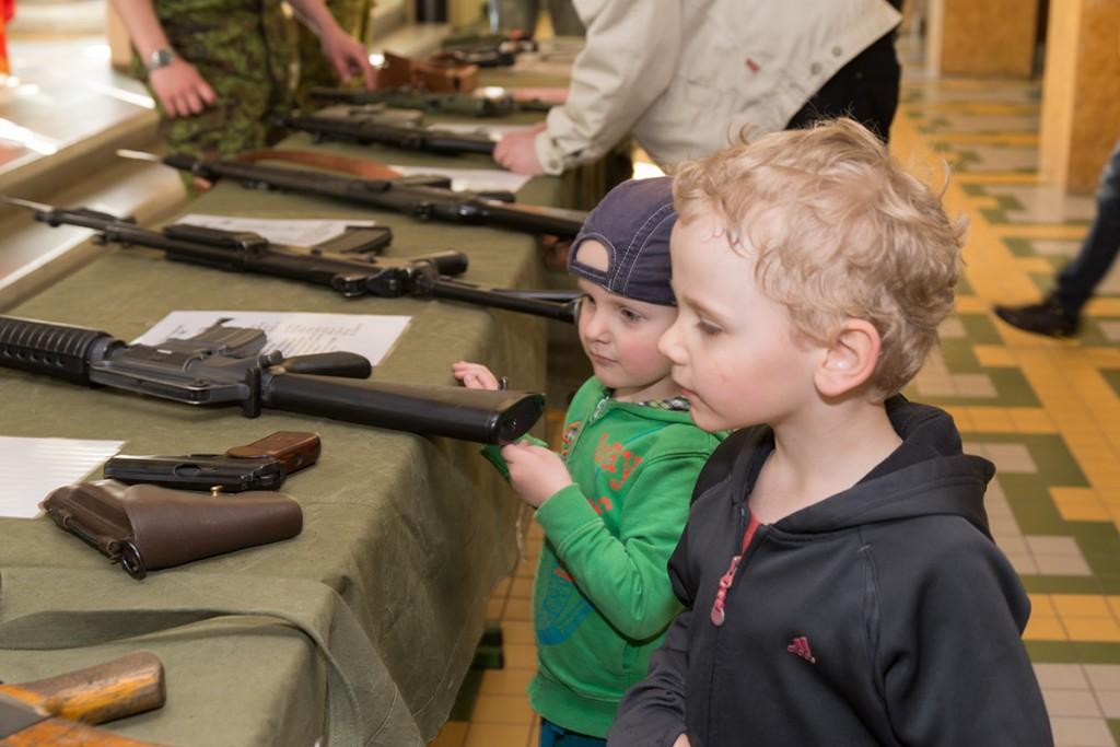 Sõjamängu avajad tutvuvad relvadega
